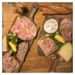 Planche apéro « terre et mer ». Noix de jambon des Pyrénées, rocamadour, saumon mariné à l'aneth et tarama.