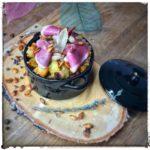 Poires, coulis de fruits rouges, fromage blanc fouetté à la vanille, barre de céréales Amaltup émiettée et noix.