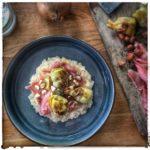 Salade de pommes de terre à la betterave et aux dés de poulet.